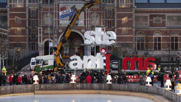 La rimozione della scritta I'Amsterdam